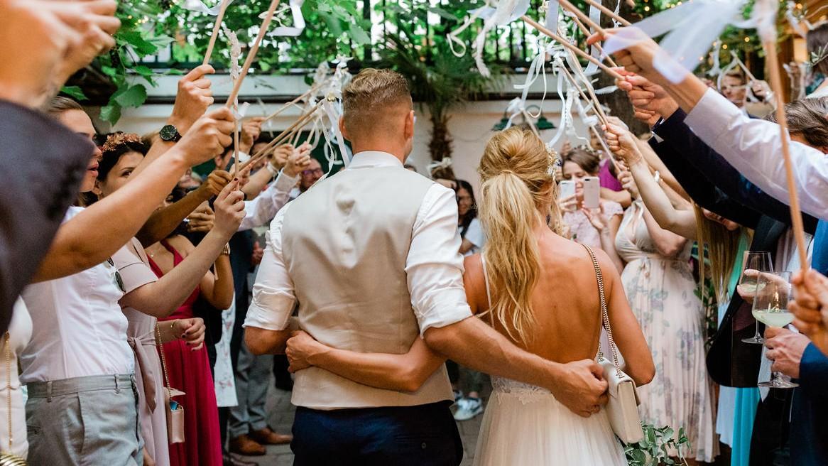 Brautpaar zieht durch Hochzeitsgesellschaft in Heurigen ein