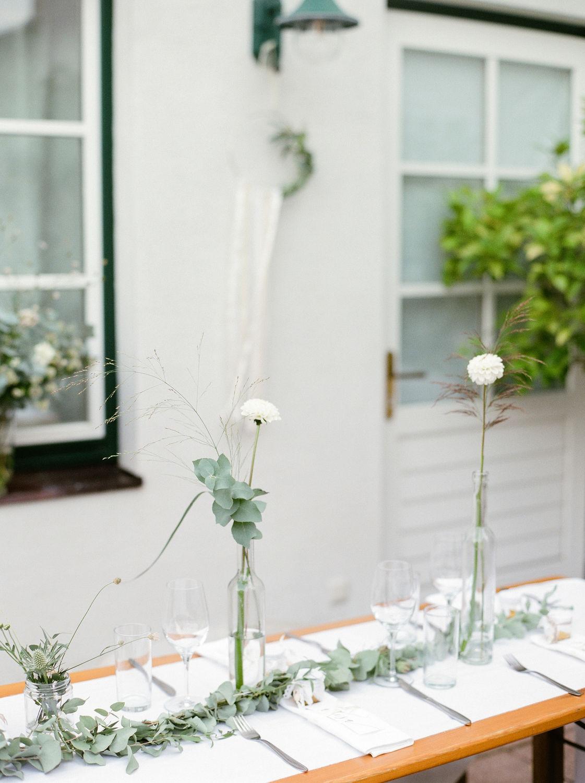 Gedeckte Tafel mit Blumenschmuck