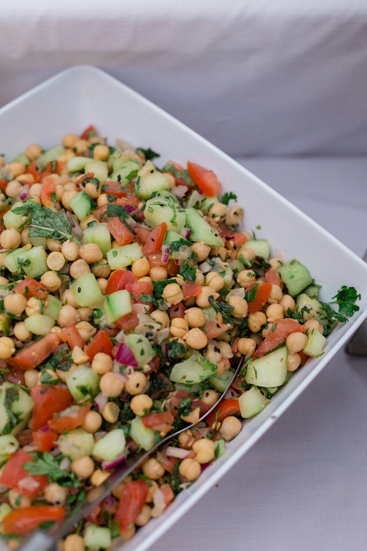 Salat mit Kichererbsen, Paradeiser und Gurken