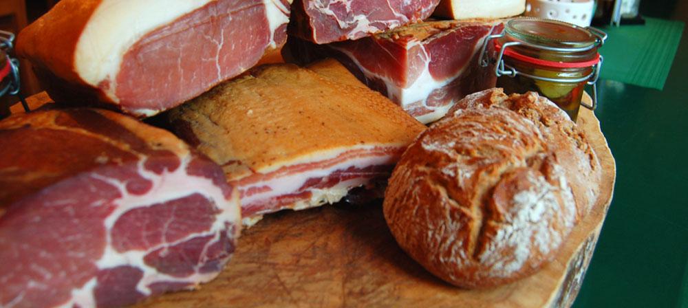 Speck und Brot auf Holzplatte