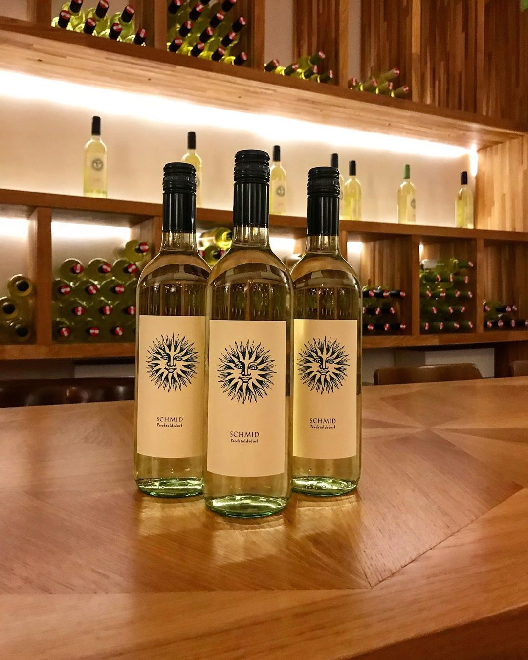 3 Flaschen Weißwein auf einem Tisch